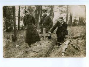 248727 WWI German soldiers on grave Vintage PHOTO