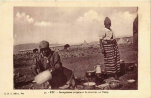 CPA AK FEZ Senegalaises preparant le couscous au Camp MAROC (824687)