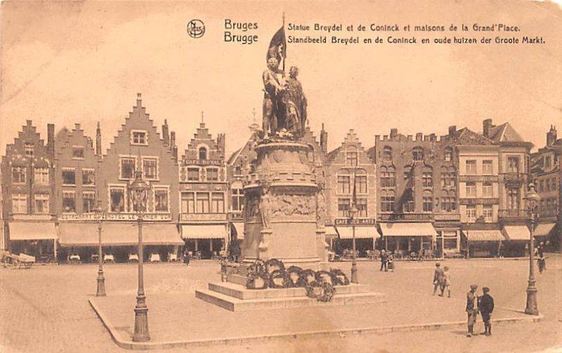 Standbeeld Breydel en de Coninck en oude huizen der Groote Markt Bruges Belgi...