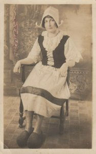 RP: Dutch Girl in wooden shoes , 00-10s