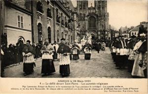 CPA LISIEUX - Le defile devant St-Pierre (271970)