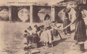 LIMOGES , France, 1900-10s ; Blanchisseuses sur la Vienne