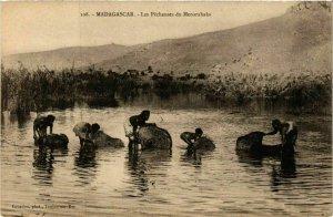 CPA AK Les Pecheuses du Menarahaka MADAGASCAR (819329)