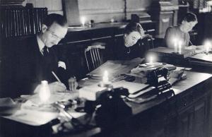 Nostalgia Postcard Fuel Crisis 1947 Clerks at RBOS Bishopsgate Repro Card N250