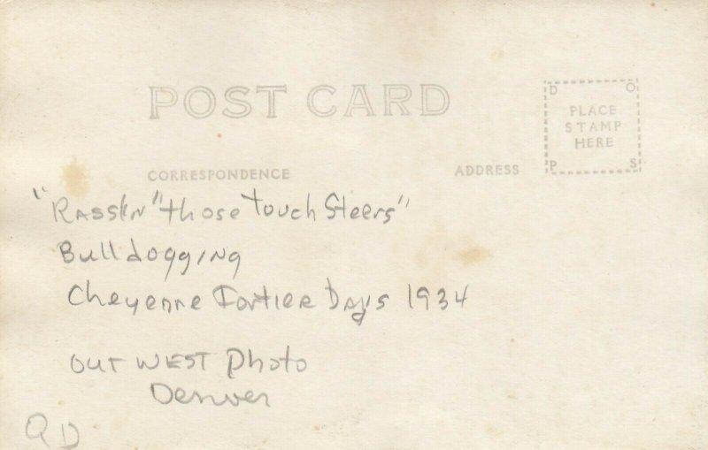 CHEYENNE , Wyoming , 1934 ; Rodeo ; Bulldogging