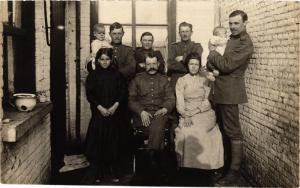 CPA  Militaire - Soldiers with Wives and Children  (696814)