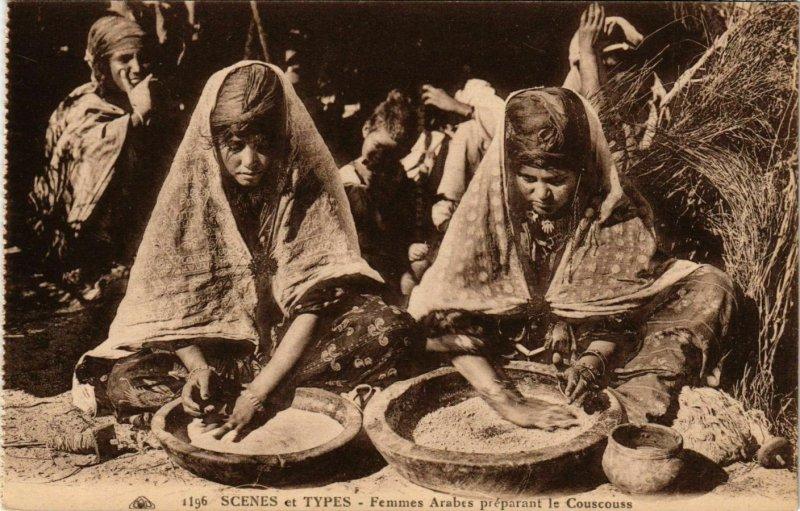 CPA AK Femmes Arabes preparant le Couscous ALGERIE (874313)