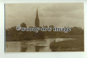 tp8926 - Wilts - View across River, to Salisbury Cathedral - Postcard - Judges'