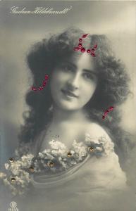 Woman with head decoration coiffure hairstylen Gudrun Hildebrandt dance artist