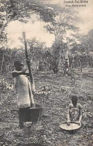 German East Africa D.O. Afrika Tanzania Beim Maisstampfen, Natives Pounding corn