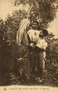 PC CPA PAPUA NEW GUINEA, LUISTEREND NAAR GOEDEN RAAD, Vintage Postcard (b19755)