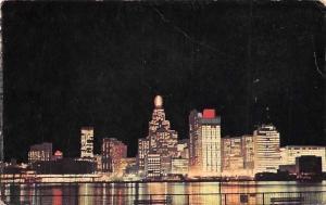 Canada, Ontario, Windsor, Vue imposante la nuit des gratte-ciel