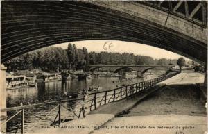 CPA CHARENTON Le Pont l'Ile et l'enfilade des bateaux de peche (569804)