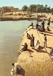 Port fluvial au bord du Niger Harbour Boats