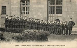 CPA Paris Asile des Jeunes Infirmes - Aveugles en marche 15e (65725)