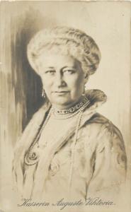 Royalty Queen Artist postcard Voigt 1916, Kaiserin Auguste Viktoria, Portrait