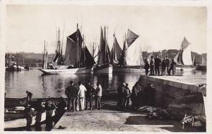 RP: Concarneau (Finistere) , France, 20-40s ; Groupe de marins prets a s emba...