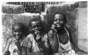 Suriname Tandenpoetsen in Kinderhuis Saron Orphanage REAL PHOTO. 01.43
