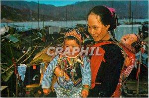 Postcard Modern Dress Queet of Woman & Boat Chidren