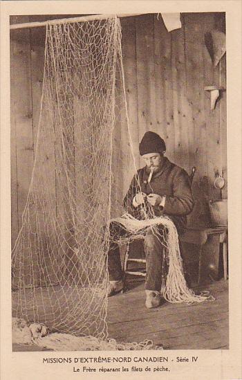 Fisherman repiars nets , Nord Canadien , 00-10s ; Nunavut , Canada