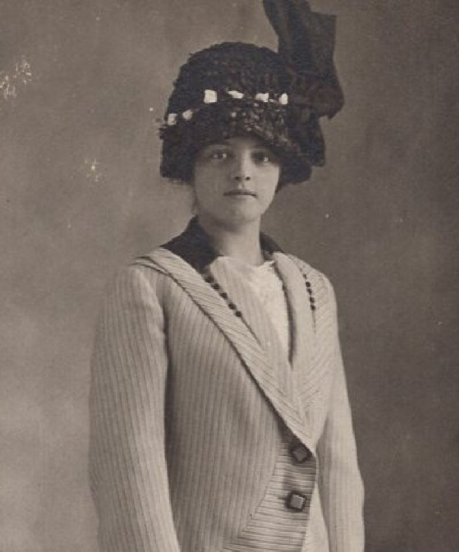 HP822 Vintage RPPC Real Photo Postcard Pretty Woman in Coat and Great Hat