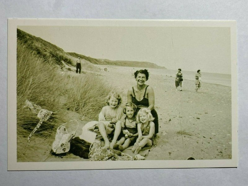 NOSTALGIA REPRODUCTION POSTCARD - RAMSEY BEACH 1950 (KK1577)