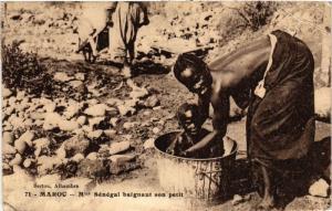 CPA Mme Senegal baignant son petit MAROC (825391)