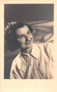 Femme Dame a l'age de 21 ans, Studio Depreester Postcard 1952