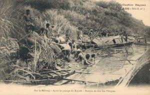 Laos Sur le Mékong Aprés le passage du Rapide Remise en etat des Pirogues 03.77