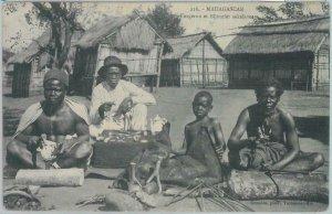 80166 -  MADAGASCAR -  Vintage Postcard - ETHNIC :  SAKAVALES