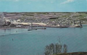 En Rase motte au-dessus des montagne nous decouvrons le Port de Port-Alfred, ...