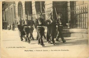 CPA PARIS Vecu. Palais de jutice. La releve des Sentinelles (574977)