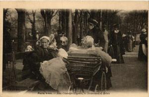 CPA PARIS Vecu. Aux Champs-Elysees. Nourrices et Bebes (575042)