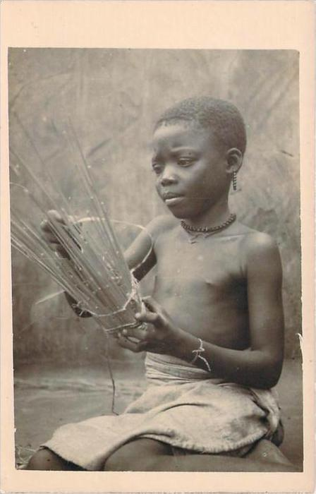 Mali - Carte photo, Enfant fabricant un objet en osier