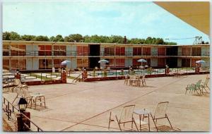 Tupelo, Mississippi Postcard HOLIDAY INN Motel Pool View Roadside c1950s Unused