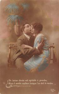 Un baiser derobe est agreable a prendre lovers couple, kiss