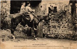 CPA  Velay - Le Couple a Cheval - Jeunes Montagnards - Folklore  (690877)