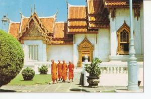 Postal 041909 : Thai Budhist Priests in front the Marble Temple. Bangkok