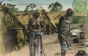 PC CPA MADAGASCAR, FEMMES DE TIRAILLEURS INDIGÉNES, Vintage Postcard (b14019)