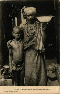 CPA FEZ Senegalaise et sa petite faisant leur marche MAROC (824682)