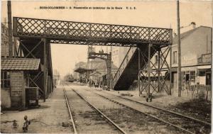 CPA BOIS-COLOMBES Passerelle et intérieur de la Gare (413906)