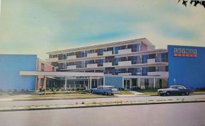 Vintage Fabulous Skyway Hotel Motel Postcard New York NY Laguardia