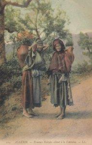 ALGERIE.- Femmes Kabyles allant a la Fontaine , 00-10s