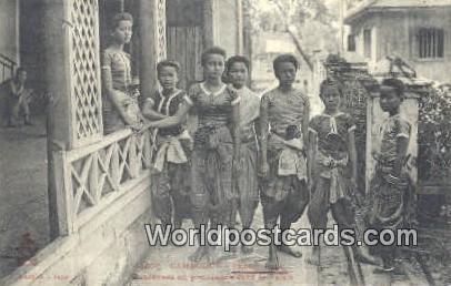 Cambodge, Phnom, Penh Cambodia, Cambodge Daneeuses en promenade dans ie Palui...