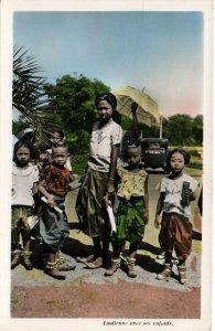 PC CPA LAOS, LAOTIENNE AVEC SES ENFANTS, Vintage Postcard (b26712)