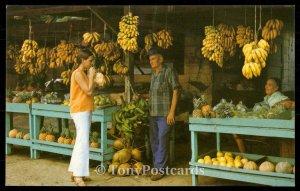 Tipica fruteria al borde del camino, con abundancia de frutas tropicales.