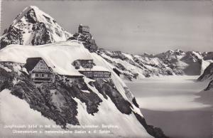 Switzerland Jungfraujoch mit Moench Berghaus Observatorium und Station an der...