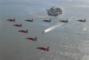 Postcard The RAF Aerobatic Team, The Red Arrows over San Francisco Bay USA DR1