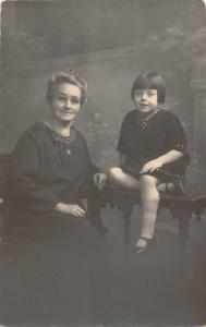 uk38308 mother and daughter photo social history real photo colchester