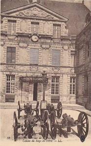 Verdun (Meuse), France, 1920s ; Canons, Cour de la Mairie